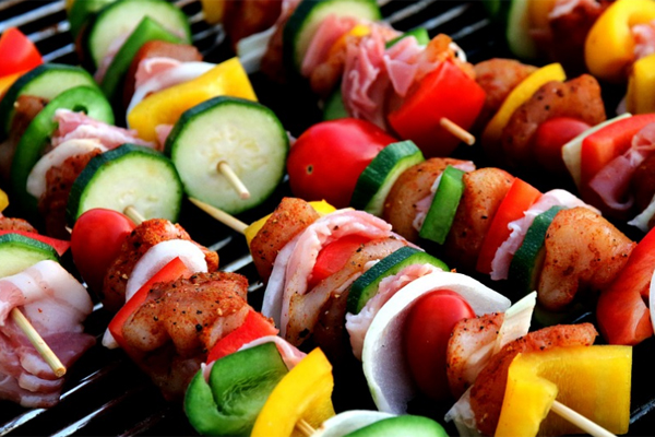 Le service de traiteur pour un barbecue d'été